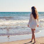 בחורה על החוף